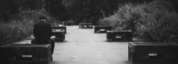 Angst vor Ablehnung - einsamer Mensch auf einer Parkbank