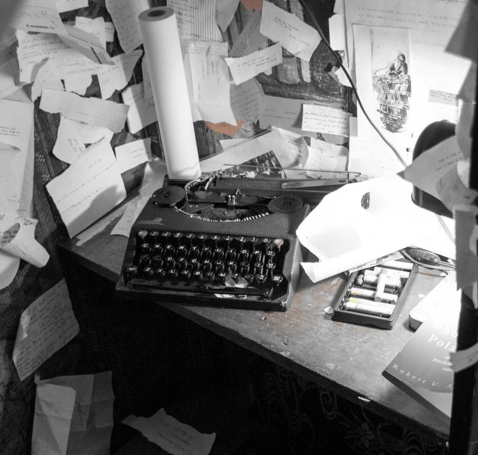 chaotischer Schreibtisch - Prokrastination und Arbeiten unter Druck