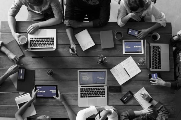Regeln für bessere Meetings - Besprechungstisch von oben